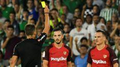 Roque Mesa ve uno de las tarjetas amarillas en el derbi Betis – Sevilla. (EFE)