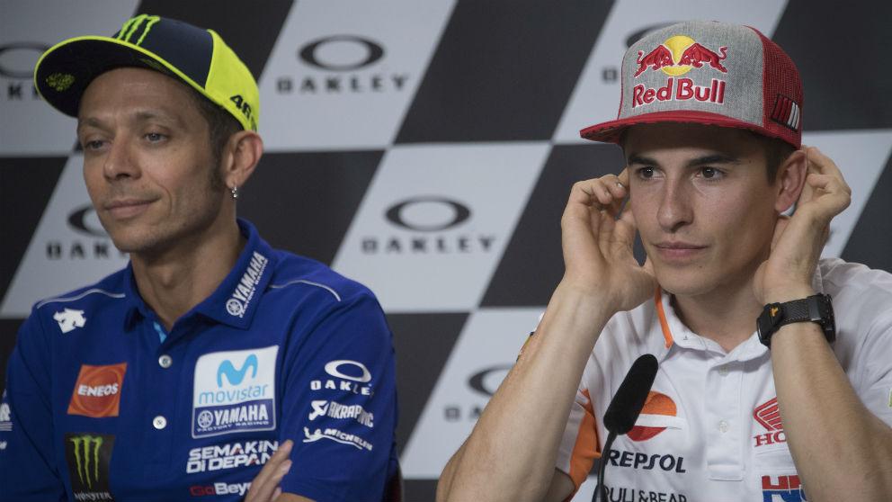 Valentino Rossi y Marc Márquez, durante una comparecencia ante los medios. (Getty)