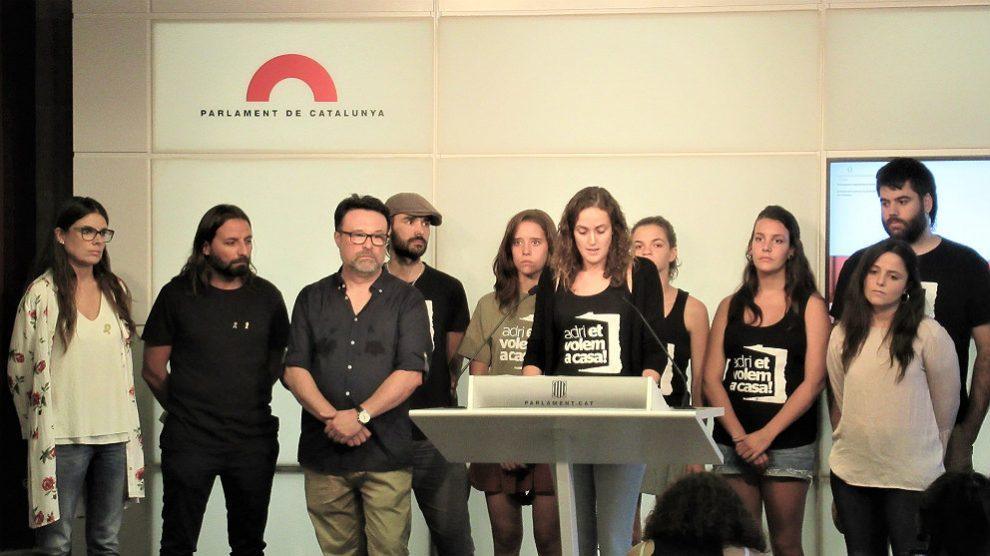 Parlamentarios de la CUP, JxCAT, ERC y los Comuns, en ruda de prensa conjunta para apoyar al CDR fugado Adrià Carrasco. (EP)