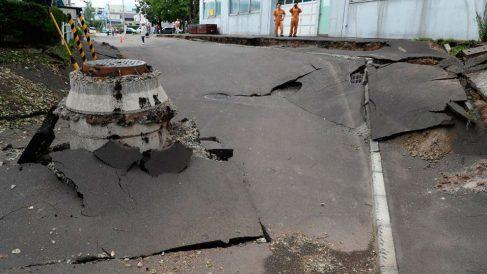 Varias carreteras de la isla japonesa de Hokkaido han sido destrozadas por el terremoto de 6,7 en la escala de Richter. Foto: AFP