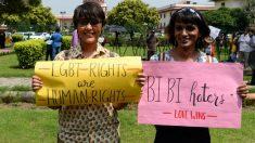 Dos activistas de la causa LGTBI en India celebran la despenalización de la homosexualidad. Foto: AFP