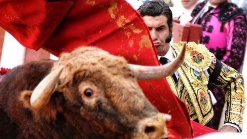 Morante de la Puebla da un pase a su segundo toro (Foto: EFE).