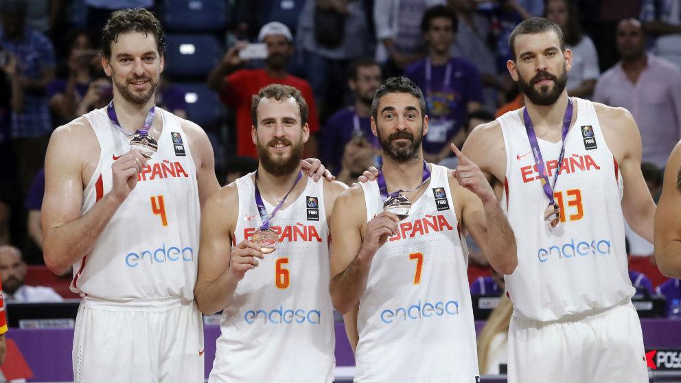 Juan Carlos Navarro posa con los hermanos Gasol y Sergio Rodríguez en su última medalla con la selección española. (FIBA)
