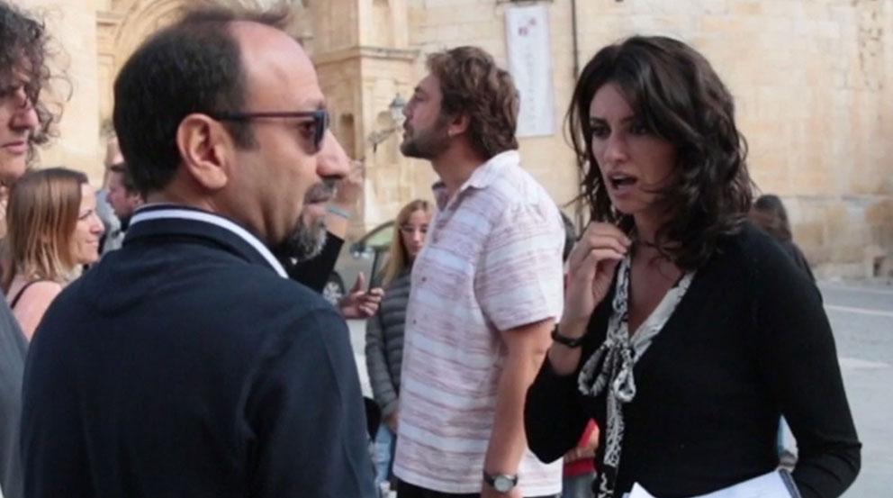 La actriz Penélope Cruz, y detrás su marido el también actor Javier Bardem, junto al director iraní Asghar Farhadi.
