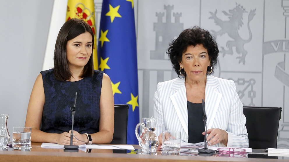 Carmen Montón, ministra de Sanidad, y la portavoz Isabel Celaá, en la rueda de prensa posterior al Consejo de Ministros. (EP)