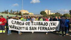 Los trabajadores del astillero de Navantia de San Fernando (Cádiz) que han cortado esta mañana el tráfico de la autovía A-4