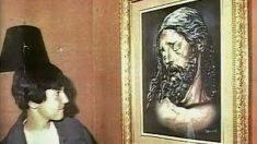 David Guerrero, el desaparecido en 1987 conocido como el Niño pintor de Málaga, junto al Cristo de la Buena Muerte pintado por él.