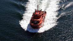 Una embarcación de Salvamento Marítimo en misión de rescate de inmigrantes. (EP)