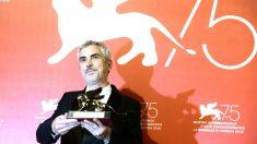 Alfonso Cuarón posa con el premio en Venecia (Foto: AFP).