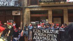 Mujeres se manifiestan en contra de la compañía mixta en el Alarde de Fuenterrabía. Foto: Twitter