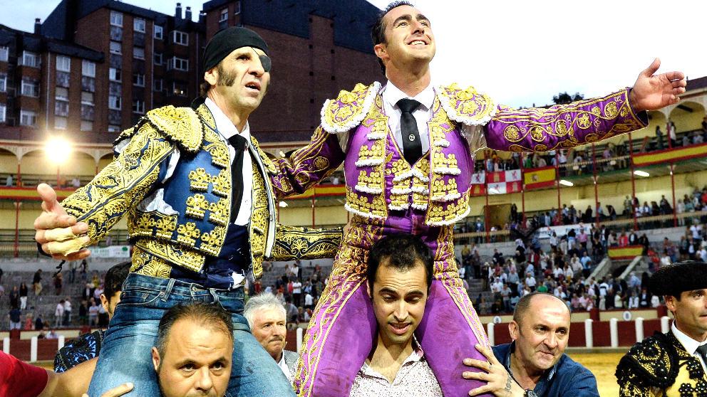 Padilla y El Fandi salen a hombros este sábado en Valladolid (Foto: EFE).