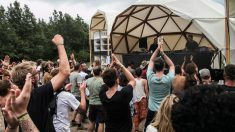 El público, que no supera los 1.000 asistentes, del festival Parallel en su caracteristico escenario geodésico. Foto: Patricia Nieto Madroñero