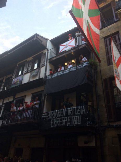 """Una pancarta en un balcón de la calle mayor de Fuenterrabía dice: """"Respetad la opinión de pueblo"""" en alusión al rechazo a la compañía mixta. Foto: Twitter"""