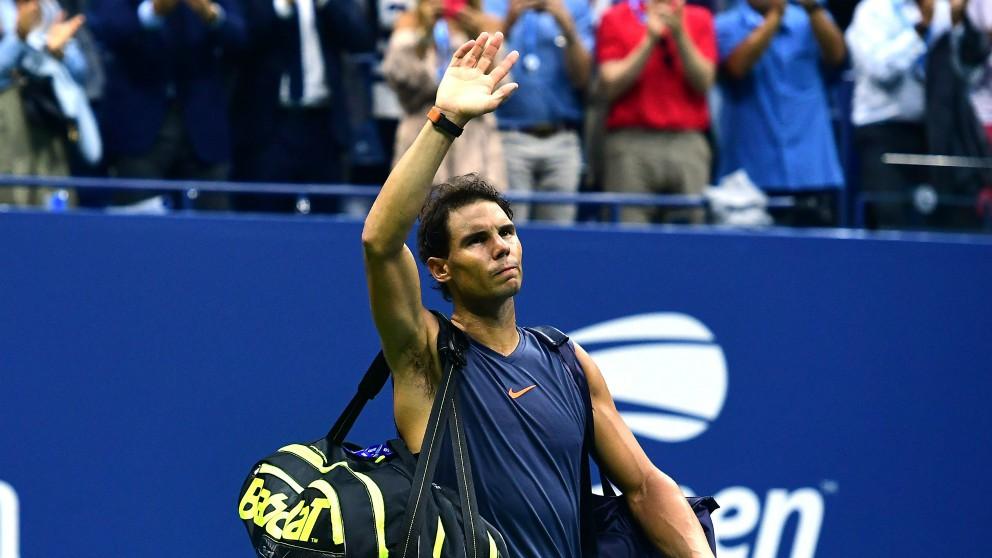 Nadal se despide del público tras su retirada en el US Open. (AFP)