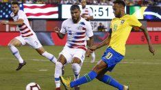 Neymar centra un balón ante Yedlin. (AFP)