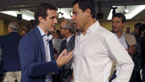 El presidente del Partido Popular, Pablo Casado (i), habla con el secretario general de PP andaluz, Juanma Moreno Bonilla (d), al inicio de la Junta Directiva Nacional del partido. Foto: EFE