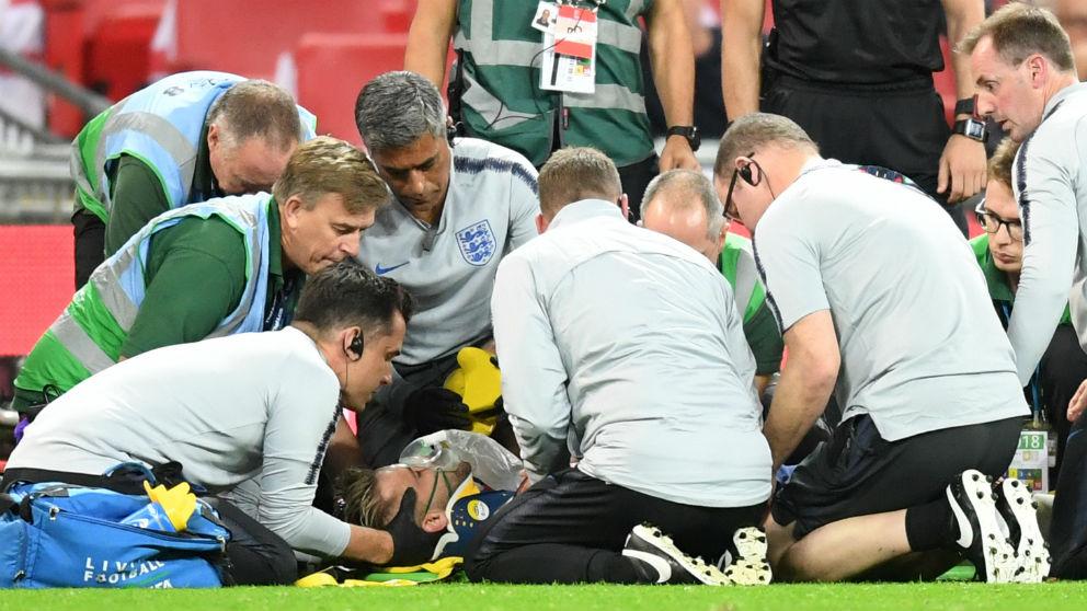Shaw es atendido sobre el césped de Wembley. (Getty)