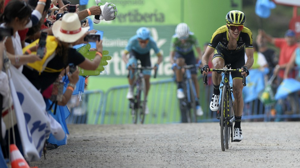 Simon Yates entra a meta por delante de Valverde y López. (AFP)