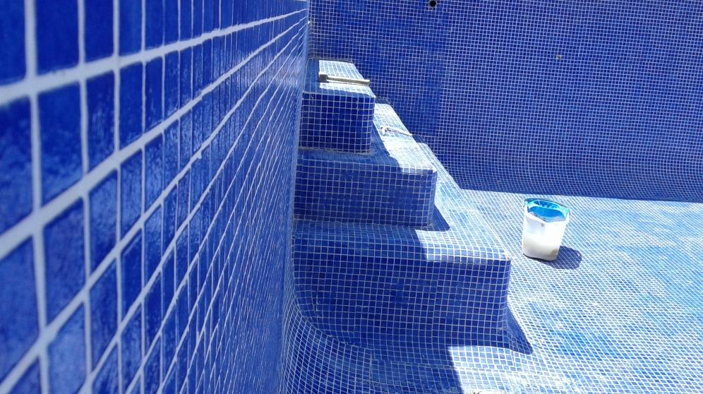 El gresite es una de las mejores opciones para revestir piscinas