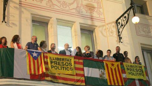 La alcaldesa malagueña del PSOE a la derecha del alcalde de ERC y sobre las pancartas golpistas