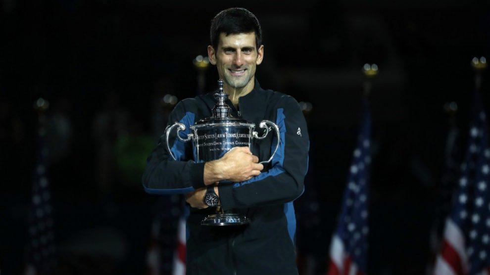 Djokovic abraza el trofeo que le acredita como campeón del US Open. (Getty)