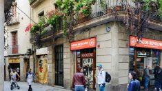 Gente paseando por una de las calles céntricas de Barcelona (Foto: iStock)