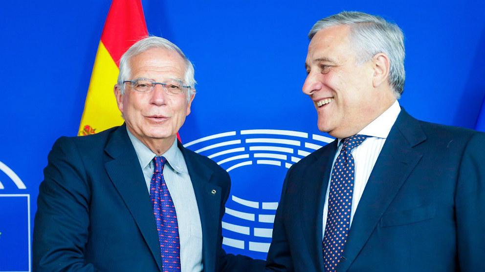 Josep Borrell, ministro de Exteriores y expresidente del Parlamento Europeo, con Antonio Tajani, actual presidente de la Eurocámara. (TW)