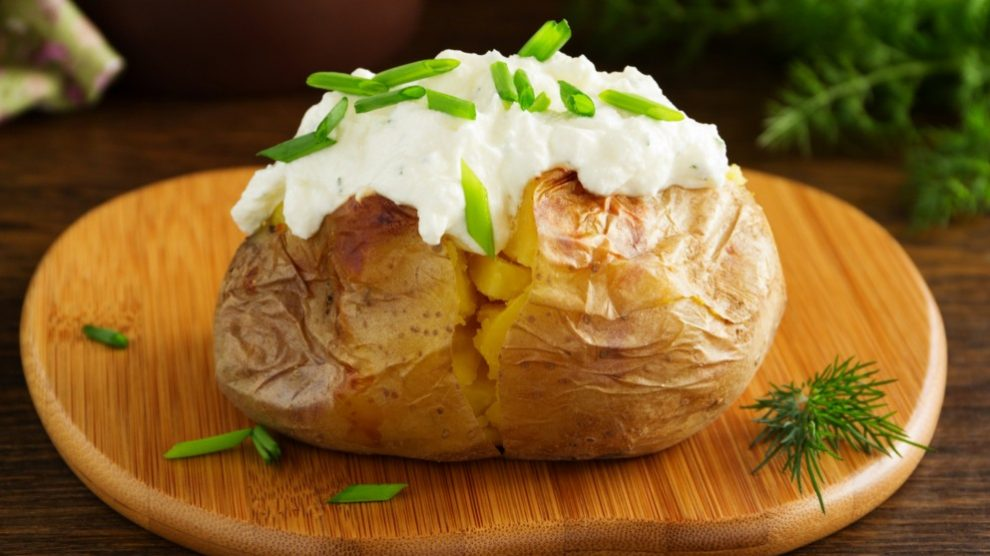 Receta de Patatas al horno con salsa de garbanzos fácil de preparar