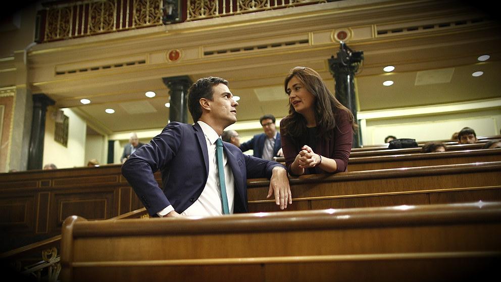 Pedro Sánchez, presidente del Gobierno, y Carmen Montón, ministra de Sanidad, en el Congreso. (EP)