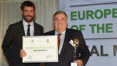 Pedro López recoge el premio de manos de Andrea Agnelli.