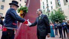 El presidente de la Generalitat, Quim Torra, durante la ofrenda floral hoy en el Fossar de les Moreres