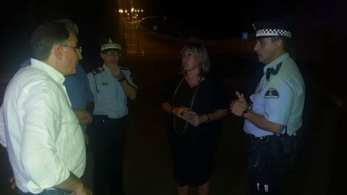 La alcaldesa de Hospitalet, Núria Marín, con lo agentes que se desplazaron hasta el puente (RRSS).