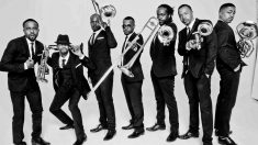 Los siete hermanos que forman The Hypnotic Brass Ensemble.