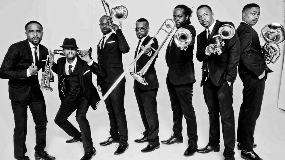 Los siete hermanos que forman The Hypnotic Brass Ensemble.