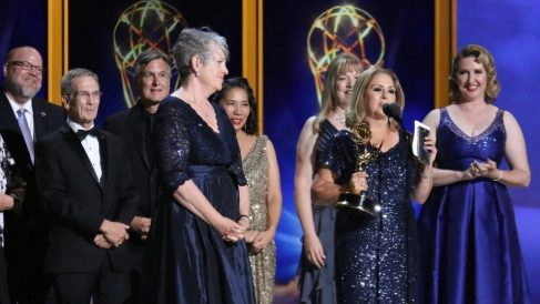 Una representante del Laboratorio de Propulsión a Chorro (JPL) de la NASA recoge el Emmy  al Mejor Programa Interactivo Original.
