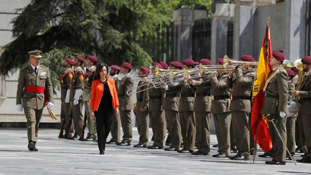 La ministra de Defensa pasa revista a las tropas
