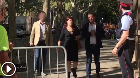 Otegi en la Diada custodiado por un agente de los mossos