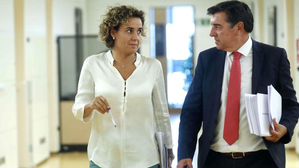 La portavoz del PP en el Congreso, Dolors Montserrat (c), y su adjunto, José Antonio Bermúdez de Castro. (Foto: Efe)