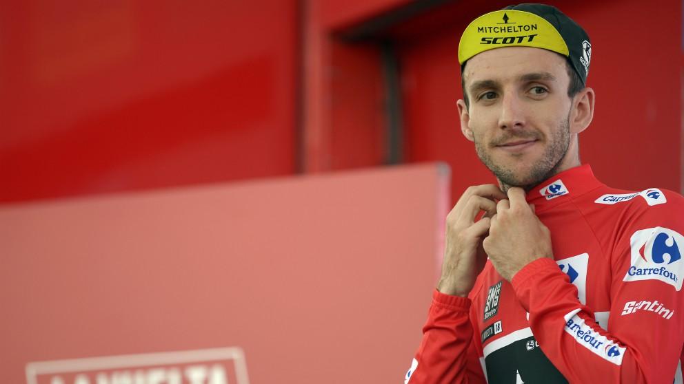 Simon Yates, con el maillot rojo de líder de la Vuelta. (AFP)