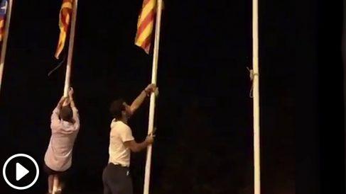 Constitucionalistas retiran propaganda separatista de la Diagonal de Barcelona