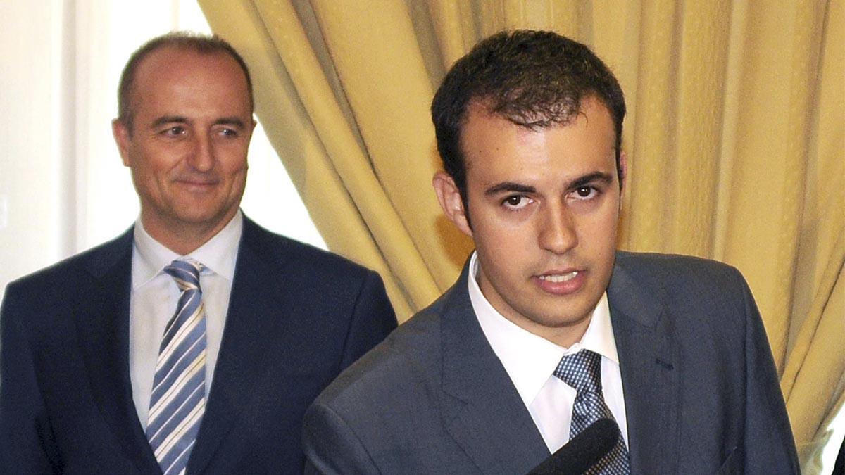 Carlos Ocaña tomando posesión como jefe de Gabinete ante la mirada de Miguel Sebastián, ministro de Industria. Foto: EFE