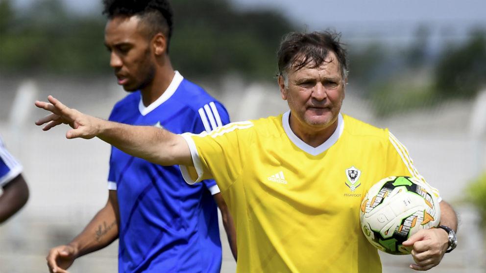 Camacho, junto a Aubameyang en un entrenamiento de la selección de Gabón. (AFP)