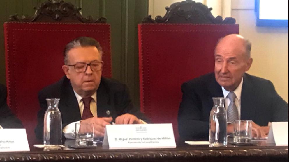 Dos de los padres de la Constitución, Miguel Herrero y Rodríguez de Miñón, y Miquel Roca. (TW)