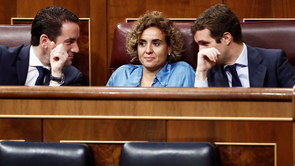 Teodoro García Egea, Dolors Montserrat y Pablo Casado en la bancada del Grupo Popular en el Congreso. (Foto: EFE)