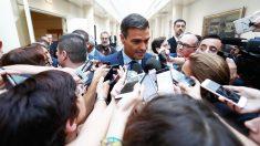 Pedro Sánchez, presidente del Gobierno, atiende a los medios en los pasillos del Senado. (Foto: Moncloa)
