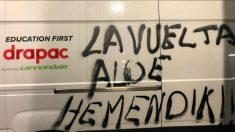PIntadas contra el paso de la Vuelta por el País Vasco. (@GarateJuanma)
