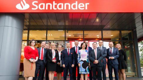 Ana Botín, junto a empleados de Santander Polonia