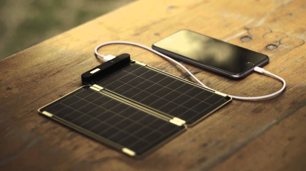 Un cargador solar casero te puede sacar de un apuro si te quedas sin batería