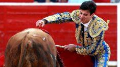 Toñete estoquea a un novillo el pasado martes en Albacete (Foto: EFE).