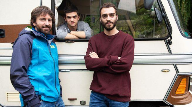 Biel Montoro, como Héctor, y Nacho Sánchez, en el papel de Ismael, acompañados por Daniel Sánchez Arévalo durante el rodaje de 'Diecisiete' para Netflix.